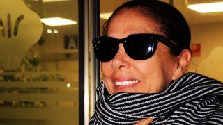 GALERÍA: Isabel Pantoja muy sonriente tras el nacimiento de su nieta Carlota / Gtres