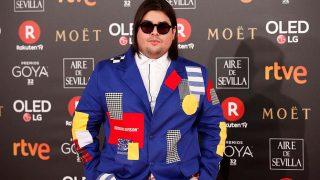 Brays Efe, multicolor en la alfombra roja de los Premios Goya 2018