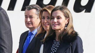 La reina Letizia en su llegada al Centre Pompidou de Málaga junto a las autoridades / Gtres