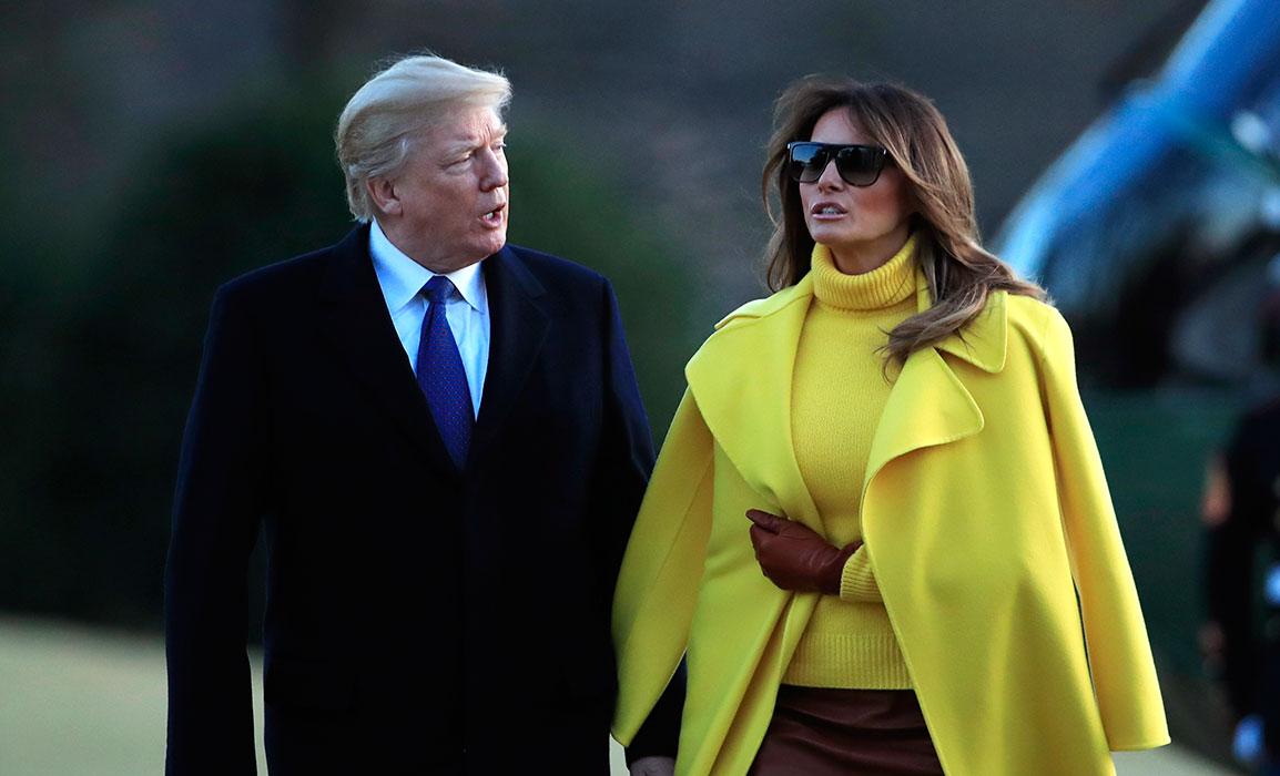 Melania Trump con abrigo amarillo