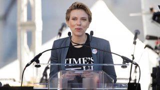 La actriz Scarlett Johansson con camiseta del movimiento Time's Up. / Gtres