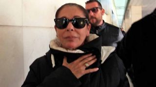 Isabel Pantoja tras aterrizar en el aeropuerto de Jerez de la Frontera / Gtres