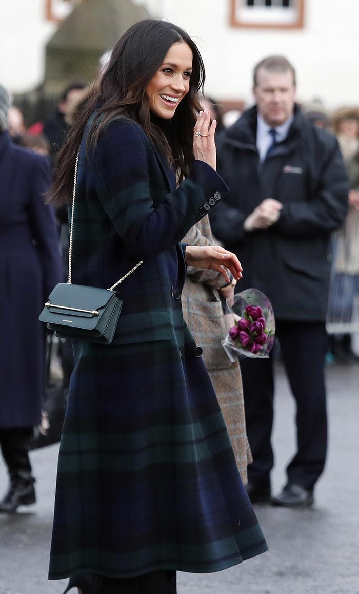 Meghan Markle en su visita a Edimburgo con abrigo de cuadros tartán