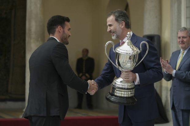 Saúl Craviotto recibe el premio de manos de don Felipe / Gtres