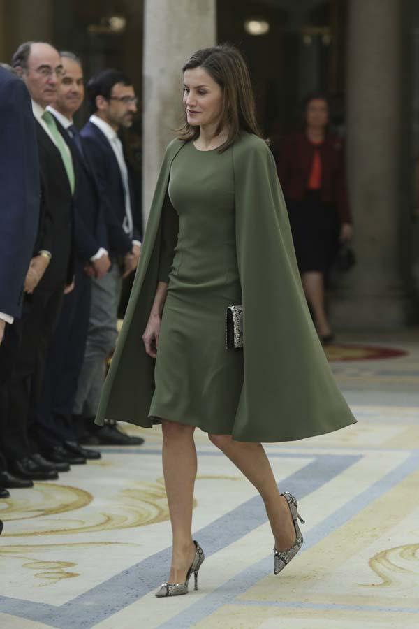 Reina Letizia vestido capa verde oliva