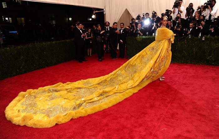 Del vestido 'topless' al look pizza | 30 años de Rihanna en 30 potentes imágenes
