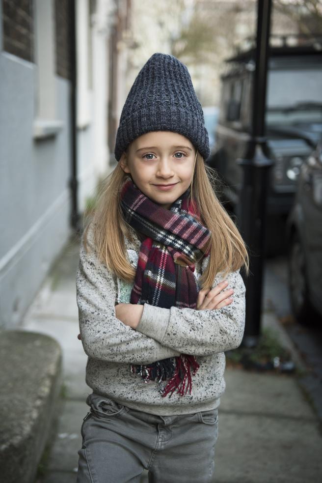 Eliza Brichto posando con ropa de chico de zara kids