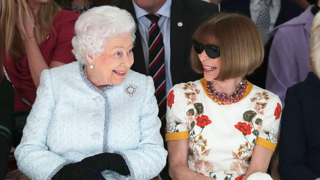 Isabel II y Anna Wintour en el 'front ro' de la London Fashion Week / Gtres