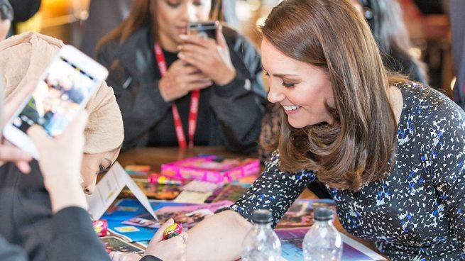 Kate Middleton mientras le hacen el tatuaje de henna / Gtres