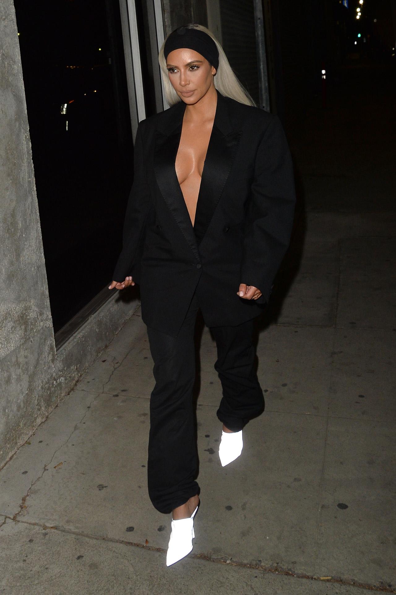 Kim Kardashian recupera la tendencia del esmoquin sin sujetador y arrasa