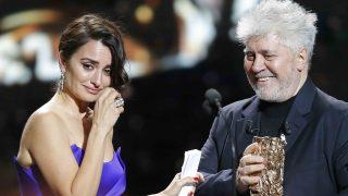 Penélope recibió el premio a manos de Pedro Almodóvar /Gtres