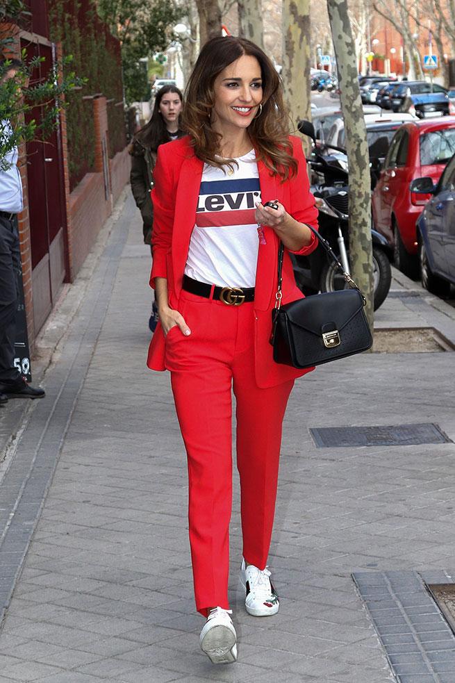 paula traje rojo