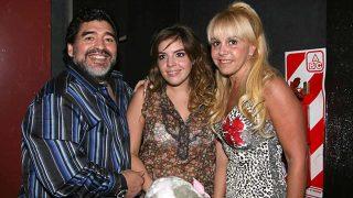 Dalma posa entre sus padres, Diego Armando Maradona y Claudia Villafañe en 2010 / Gtres