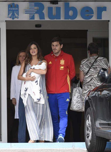 Sara Carbonero E Iker Casillas con Lucas a la salida de Ruber Internacional de Madrid en junio de 2016