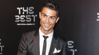 Cristiano Ronaldo se ha mostrado encantador con sus seguidores en Islandia./ Gtres