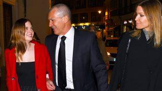 Antonio Banderas pasea por las calles de Málaga junto a su hija Stella del Carmen y su novia, la holandesa Nicole Kimpel/ Gtres