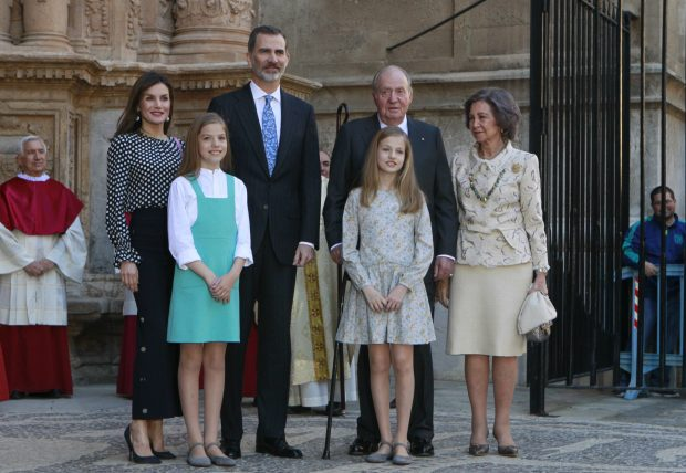 [EN VÍDEO] Don Juan Carlos y Doña Sofía acompañan a los reyes en la Misa de Pascua