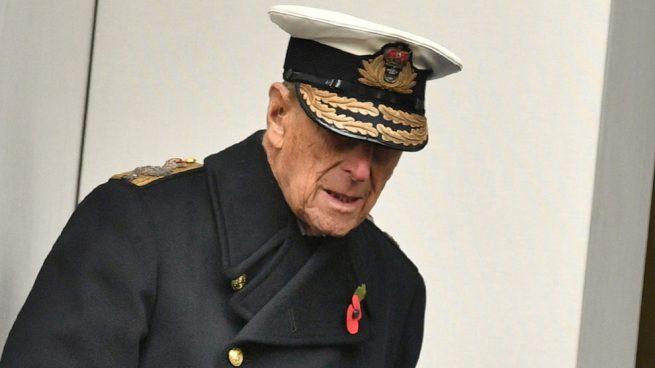 El duque de Edimburgo sigue la estela de don Juan Carlos