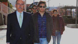 Alejandro Reyes acude a los juzgados acompañado de su madre/ Gtres