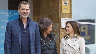 Los Reyes junto a Doña Sofía en las puertas del hospital /Gtres