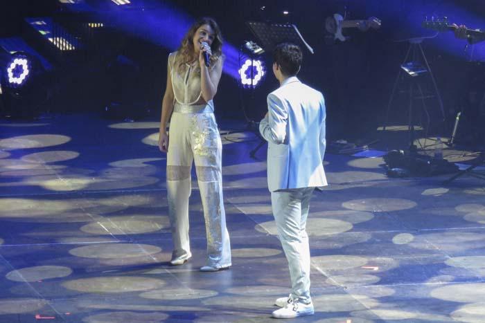 """Amaia Romero y Alfred García durante un concierto con motivo del programa """" Operación Triunfo """" (OT) en Barcelona."""