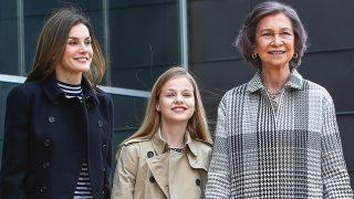 La reina Letizia, la princesa Leonor y la reina Sofía durante su visita al rey Juan Carlos. (Gtres)