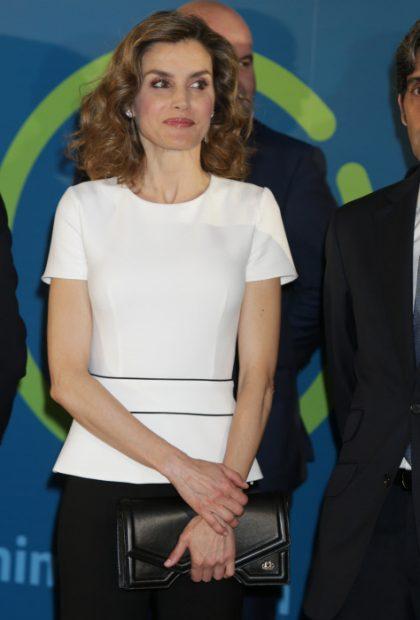 Doña Letizia con una de las piezas emblemáticas de la firma / Gtres