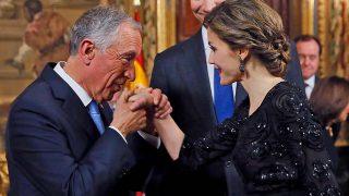 Rebelo de Sousa besa la mano de doña Letizia en su primera visita oficial a España en 2016 / Gtres