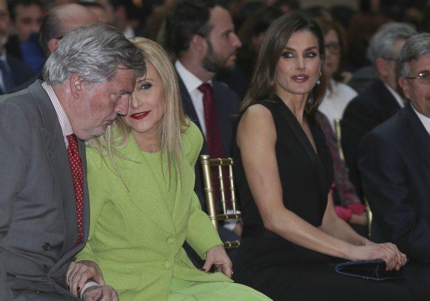 La Reina con Cristina Cifuentes e Íñigo Méndez de Vigo / Gtres