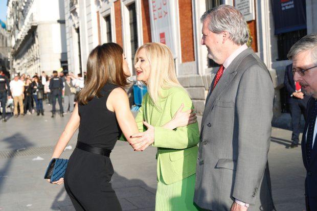 Doña Letizia saluda a Cifuentes a su llegada al acto / Casa Real