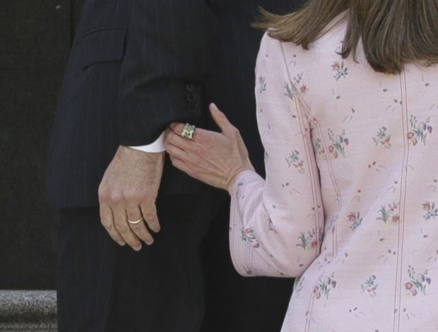 La Reina recupera su 'misteriosa' sortija verde