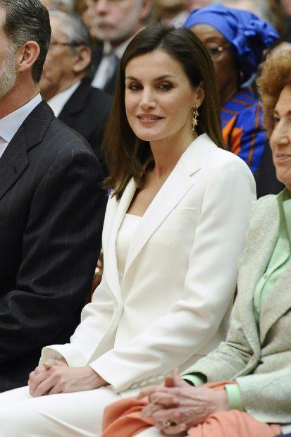 Doña Letizia se viste 'de pedida' y vuelve a estrenar complementos