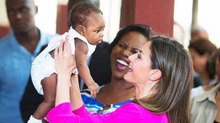 Las imágenes más tiernas y maternales de la reina Letizia en Haití / Gtres