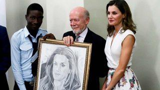 La reina Letizia posó con el retrato en Haití / Gtres