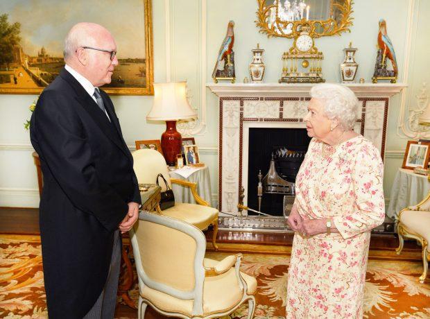 ¿Por qué la reina Isabel 'quiere más' a Harry y a Meghan?