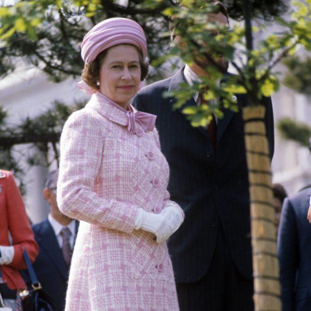 El significado oculto de la prenda fetiche de la reina Isabel