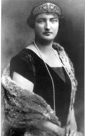 A subasta la tiara que arrebataron a la madre del rey Juan Carlos
