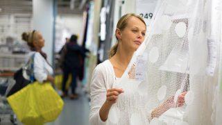 Mujer comprando en IKEA / Gtres