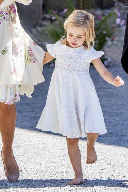 Las royal ladies de Suecia llenan de flores el bautizo de Adrienne