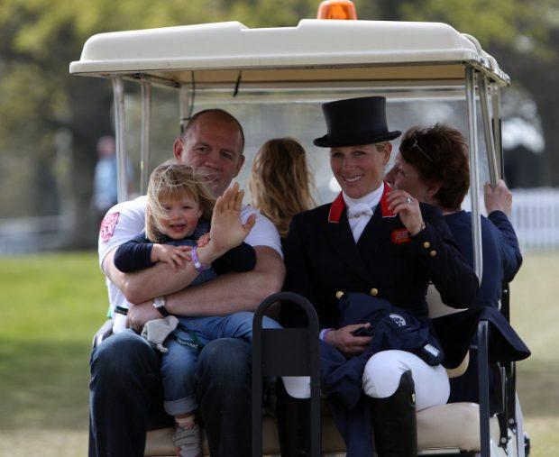 Zara Phillips y Mike Tindall con su hija