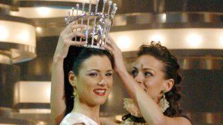 Eva González entregando la corona de Miss España a María Jesús/ Gtres