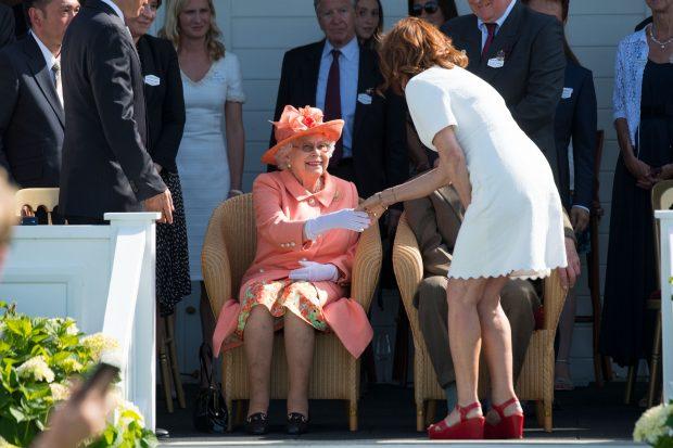 Susan Sarandon da la mano a la reina Isabel / Gtres