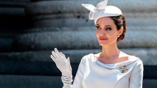 Angelina Jolie, muy 'royal' incluso a la hora de saludar / Gtres