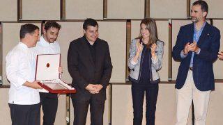 Los reyes Felipe y Letizia junto a los hermanos Roca en el Forum Impulsa de la Fundación Príncipe de Girona en 2013 / Gtres