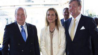 El rey Don Juan Carlos y la infanta Elena junto a Guillermo de Holanda /Gtres