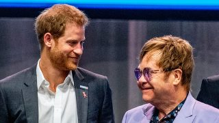 Elton John y el príncipe Harry han unido sus voces para lugar contra el sida / Gtres