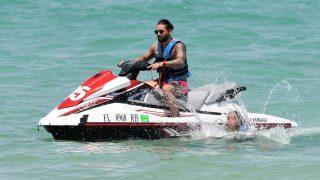 Maluma se subió en una moto de agua / Gtres