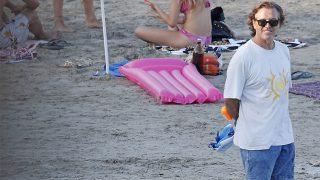 Pepe Navarro, con sus hijos en una jornada de playa / Gtres.