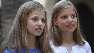 La Princesa Leonor y la Infanta Sofía durante el posado tradicional de Palma / Gtres