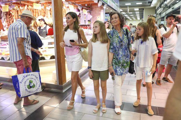 En plena crisis familiar, las reinas prueban suerte en la lotería